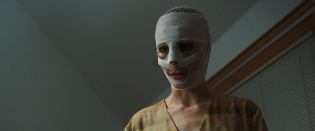 La madre di Elias e Lukas è interpretata da Susanne Wuest